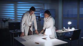 2 разнообразных ученого давая руки в приветствовать на встрече в лаборатории акции видеоматериалы