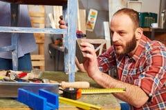 Разнорабочий полируя деревянную поверхность Стоковые Фотографии RF