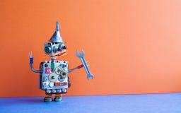 Разнорабочий робота с ключем руки Концепция обслуживания отладки Творческий хоппер воронки металла игрушки дизайна, cogs катит ше Стоковое Изображение RF