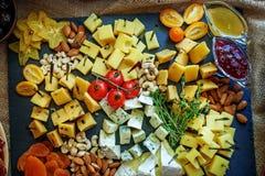 Разные виды сыра с плодоовощами, соусами и гайками итальянско стоковая фотография