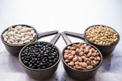 Разные виды разнообразия фасолей фасолей на черном деревянном backgrou Стоковые Фото