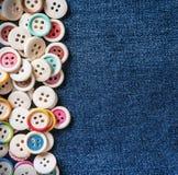 Разные кнопки с голубыми джинсами Стоковое Фото
