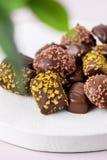 Разный вид конфет шоколада на десерте конфет шоколада предпосылки пинка вкусном закрывает вверх вертикальное стоковые фотографии rf