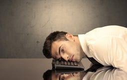 Разочарованная голова ` s бизнесмена на клавиатуре Стоковое фото RF