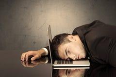 Разочарованная голова ` s бизнесмена на клавиатуре Стоковое Изображение