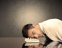Разочарованная голова ` s бизнесмена на клавиатуре Стоковые Фотографии RF