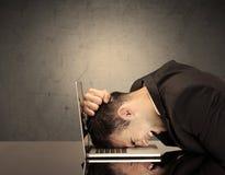 Разочарованная голова ` s бизнесмена на клавиатуре Стоковые Изображения RF