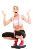 Разочарованная женщина на веся масштабе slimming Стоковое фото RF