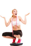 Разочарованная женщина на веся масштабе slimming Стоковая Фотография