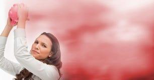 Разочарованная женщина с копилкой и расплывчатым красным переходом Стоковая Фотография RF