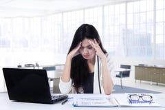 Разочарованная коммерсантка работая в офисе Стоковые Фотографии RF