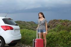 Разочарованная помощь водителя автомобиля ждать после нервного расстройства Стоковые Изображения RF