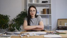Разочарованная студентка чувствуя унылые делая плохие чертежи для coursework не имеет плохое настроение и никакую воодушевленност сток-видео