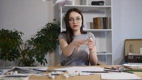 Разочарованная студентка чувствуя унылые делая плохие чертежи для coursework не имеет плохое настроение и никакую воодушевленност видеоматериал