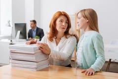 Разочарованная трудолюбивая женщина говоря ее ребенку ее не имея никакое время Стоковое Изображение RF