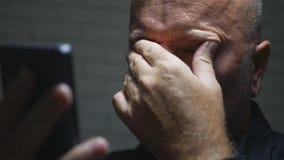 Разочарованное изображение предпринимателя используя связь мобильного телефона показывая жестами осадка стоковая фотография rf