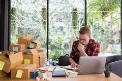 Разочарованное startup предприниматель мелкого бизнеса работая на рабочем месте ST стоковые фотографии rf