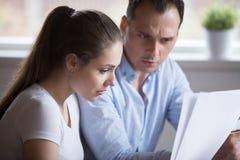 Разочарованные супруги проверяя отечественные векселя дома стоковая фотография rf