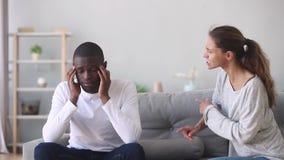 Разочарованный африканский супруг уставший надоедливой сердитой кавказской жены придирчивой видеоматериал