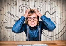 Разочарованный бизнесмен на столе против расплывчатых деревянных графиков панели и стрелки Стоковое фото RF