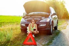 Разочарованный водитель женщины около сломленного автомобиля Машина на стране Стоковое Изображение