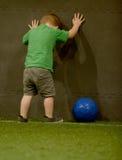 Разочарованный малыш играя футбол стоковое изображение rf