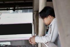 Разочарованный обезумевший молодой азиатский бизнесмен смотря далеко Стоковые Изображения RF