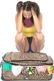 Разочарованный сердитый Fed вверх по молодой женщине пробуя закрыть ее чемодан Стоковые Изображения