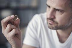 Разочарованный человек держа обручальное кольцо стоковая фотография rf
