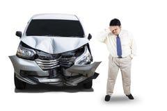 Разочарованный человек с поврежденным автомобилем Стоковые Фото
