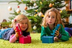 2 разочарованных девушки с подарками на рождество Стоковые Фотографии RF