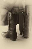 Разработанно сшитые ботинки ковбоя стулом Стоковое фото RF