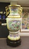 Разработанно украшенная китайская ваза в музее стоковые фотографии rf