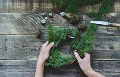Разработка венка сосны с орнаментом рождества на деревянном bac Стоковое Изображение RF