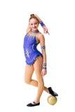 Разработка трико танцора красивого девочка-подростка спортсмена гимнаста нося голубая, делая тренировку с шариком изолировано Стоковые Изображения