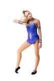 Разработка трико танцора красивого девочка-подростка спортсмена гимнаста нося голубая, делая тренировку с шариком изолировано Стоковое фото RF