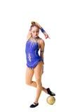 Разработка трико танцора красивого девочка-подростка спортсмена гимнаста нося голубая, делая тренировку с шариком изолировано Стоковые Фото