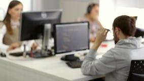 Разработчики программного обеспечения во время работая процесса сток-видео