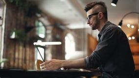 Разработчик ИТ печатая на ноутбуке видеоматериал