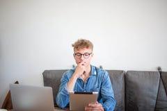 Разработчик молодого человека успешный распологает работу с современными сенсорной панелью и сет-книгой стоковые изображения