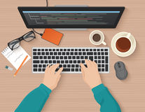 Разработчик работая на компьютере Программист вручает кодирвоание Программируя плоская концепция иллюстрации Взгляд сверху вектор бесплатная иллюстрация