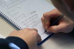 Разрешать уровнение системы в средней школе крупного плана eyedroppers высокий разрешения взгляд очень Стоковое Изображение