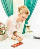 Разрешение на вступление в брак подписания жениха и невеста или контракт свадьбы Стоковое Изображение RF