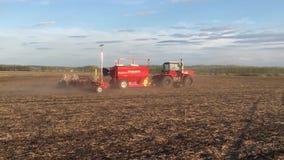 разрешение 4K Фермер на тракторе вспахивает и удабривает поле ландшафт сельский сток-видео