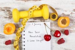 Разрешения Нового Года написанные в тетради на старой деревенской доске Стоковая Фотография RF