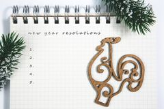 разрешения Нового Года, открытый пустой спиральный блокнот с деревянным краном Стоковое Изображение