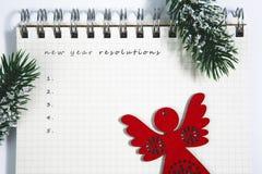 Разрешения Нового Года, открытый пустой спиральный блокнот с красное деревянным Стоковые Фото