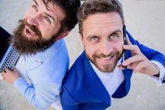 Разрешите проблемы немедленно Конец поддержки специалистов дела онлайн вверх Бизнесмены держат телефон ответа ноутбука счастливый стоковые фото