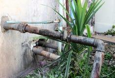 Разрушанная сталь трубопровода клапана воды старый ржавый промышленный кран Стоковое Изображение RF