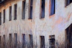Разрушанная стена покинутых казарм Стоковые Изображения